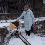 """""""Я в понедельник заходила к Меркушеву. Он писал заявление, чтобы нам начали привозить воду. Разговаривала с соседями. Все пытаются отогреть воду. А мы решили пропускать ее, чтобы и у нас не замерзла. Из благоустроенных домов нам сделали полублагоустроенные бараки"""", -  Евгения Суворова показывает на обрезанный участок трубы. Все фото: Мария Чекарова, """"Глобус""""."""
