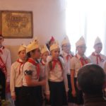 Учащиеся школы в костюмах пионеров