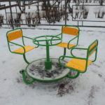 """У карусели отломали одно из сидений. Фото: Константин Бобылев, """"Глобус""""."""