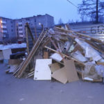 У мусорных контейнеров во дворе – много негабаритного мусора. Фото: Мария Чекарова, «Глобус».