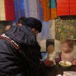 Инспекторы по делам несовершеннолетних Серовского отдела полиции накануне Дня матери провели благотворительную акцию «Милая мама». Фото: полиция Серова.