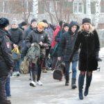 """Из Серова сегодня отправили в ряды Вооруженных сил 20 человек. Фото: Константин Бобылев, """"Глобус""""."""