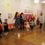"""Танец мам и детей. Фото: Мария Чекарова, """"Глобус""""."""