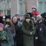 """Провожающие фиксировали памятный момент на фото и видео. Фото: Константин Бобылев, """"Глобус""""."""