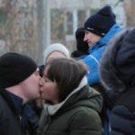 """Призывников провожали родные, друзья и любимые. Фото: Константин Бобылев, """"Глобус""""."""