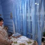 """Зоя Дуплякина жалуется, что не может протопить дом. Фото: Мария Чекарова, """"Глобус""""."""
