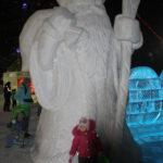 """В центре зимнего городка величественно расположился Дед Мороз. Фото: Мария Чекарова, """"Глобус""""."""