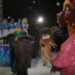 """Аниматоры в ростовых куклах развлекали горожан танцами. Фото: Мария Чекарова, """"Глобус""""."""