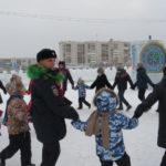 Полицейский Дед Мороз, Снегурочка из ППС и дети из школы-интерната водили хоровод вокруг главной новогодней елки Серова