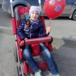 Деньги на лечение Евы-Софии можно опустить в ледяную копилку, что установлена в главном новогоднем городке Серова - на Сортировке, у торгового центра Nebo. Фото предоставлено пресс-секретарем главы Серова.