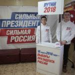 """Молодые люди, которые собирают подписи, прошли специальное обучение. Фото: Константин Бобылев, """"Глобус""""."""