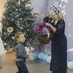 """Сказхочная фея вместе с ребятами украшают новогоднюю елку праздничными символами года. Фото: Мария Чекарова, """"Глобус""""."""