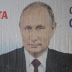 """Видно, что баннер новый, складки на нем еще не успели растянуться. Фото: Константин Бобылев, """"Глобус""""."""