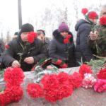 """Митинг завершился возложением цветом. Фото: Константин Бобылев, """"Глобус""""."""