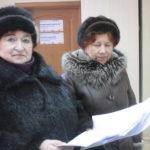 Свое письмо жители отнесли в администрацию 15 февраля, власть обещала дать ответ через месяц. Галина Суханова (слева) говорит, что настроение в поселке тревожное. Фото: Константин Бобылев, «Глобус».