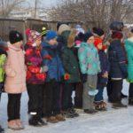 Дети ожидали начала мероприятия в холодную погоду