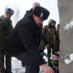 Военком Эдуард Вивтоненко возлагает цветы к мемориалу павшим в годы Гражданской войны