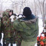 Алексей Мызников поправляет вороты бушлатов на своих подопечных. Погода выдалась весьма прохладной