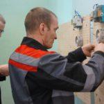 Электромонтер подготавливает схему электроснабжения квартиры