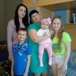 Людмила Барсукова и четверо ее детей. Слева - старшая дочь Дарья, сын Дмитрий. Справа - дочка Софья, а на руках - маленькая Алиса. Фото предоставлено Людмилой Барсуковой.