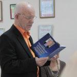 """Николай Карачев по собственному признанию, до этого никогда свои книги не продавал. Сейчас же решил продать и все деньги отдать на благотворительность. Фото: Константин Бобылев, """"Глобус""""."""