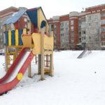 """Во дворе установлен игровой комплекс, две горки, несколько качелей, спортивные площадки. Фото: Константин Бобылев, """"Глобус""""."""