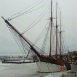 """Справа за яхтой виднеется старый крытый рынок Хельсинки. Фото: Екатерина Баязитова, """"Глобус"""""""