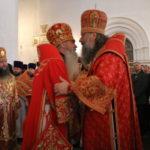 """Епископы приветствуют митрополита. Фото: Мария Чекарова, """"Глобус""""."""