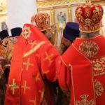 """Целование святого Евангелия.Фото: Мария Чекарова, """"Глобус""""."""