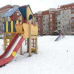 """Во дворе после его реконструкции станет больше парковочных мест и появится площадка для игры в волейбол. Фото: Константин Бобылев, """"Глобус""""."""