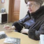 Эльвира Курдова вместе с сыном три года назад обратилась в серовскую администрацию с вопросом о восстановлении мемориальной доски. Доска так и не была установлена. Фото: Константин Бобылев, «Глобус».