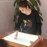 """Марджан Абдуллаева занимается рисованием песком уже около 2 двух лет. Фото: Константин Бобылев, """"Глобус""""."""