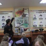 """Марат Есмагамбетов показывает детям, где проходил службу. Фото: Константин Бобылев, """"Глобус""""."""