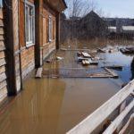 Затопленный огород и фасад дома