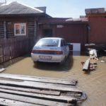Припаркованный у дома автомобиль затопило по пороги