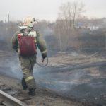 """6 мая на большой площади горела трава в районе локомотивного депо. Фото: Константин Бобылев, """"Глобус""""."""