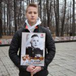 """Матвей Анисимов с портретом своего прадеда. Фото: Константин Бобылев, """"Глобус""""."""