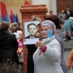 """Небольшой """"Бессмертный полк"""" прошел вокруг мемориала. Фото: Константин Бобылев, """"Глобус""""."""