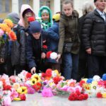 """К мемориалу возложили цветы. Фото: Константин Бобылев, """"Глобус""""."""