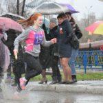 """Несмотря на проливной дождь спортсмены вышли на старт. Фото: Константин Бобылев, """"Глобус""""."""
