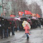 """Над строем в этот день поднимались не штандарты с портретами павших бойцов, а зонтики. Фото: Константин Бобылев, """"Глобус""""."""