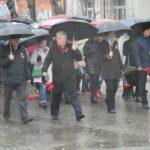 """Руководство города тоже прошло в """"Бессмертном полку"""". В прошлом году Елена Бердникова тоже шла со штандартом в руках. В этом году - с зонтиком и гвоздиками. Фото: Константин Бобылев, """"Глобус""""."""
