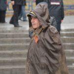 """Плащ-палатка для погоды, которая была в Серове 9 мая, идеальный вариант. Михаил Кынкурогов это понял. Фото: Константин Бобылев, """"Глобус""""."""