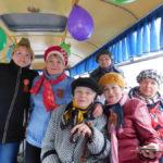 """В День Победы  участники творческого коллектива """"Сударушка"""" пели военные песни в автобусе, который шел по 4-му маршруту. Фото предоставлено библиотекой № 2."""