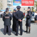 """Полиция Серова обеспечили безопасность дорог для шествия выпускников.Фото: Мария Чекарова, """"Глобус""""."""