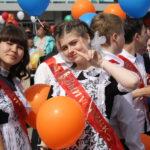 """Выпускники улыбались, смеялись и радовались празднику. Фото: Мария Чекарова, """"Глобус""""."""