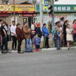 """На обочине дороги собирался народ, чтобы посмотреть торжественное шествие.Фото: Мария Чекарова, """"Глобус""""."""