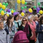 """С выпускниками в колонне шли родные и близкие. Фото: Мария Чекарова, """"Глобус""""."""