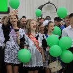 """Выпускники разных школ приветствовали друг друга .Фото: Мария Чекарова, """"Глобус""""."""