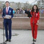 """Ведущие мероприятия поздравили выпускников. Фото: Мария Чекарова, """"Глобус""""."""